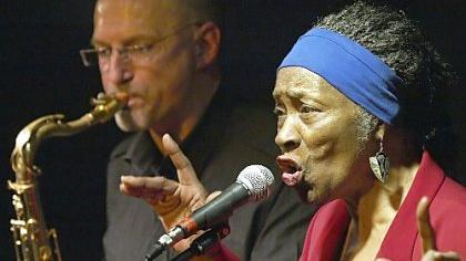 Kein bisschen altbacken präsentierte Jeanne Carroll sich und ihre Songs auf der Bühne des Kish. Blue Heat begleiteten sie hervorragend.