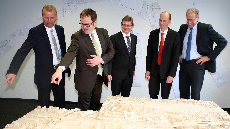 Daniel Große-Verspohl (3.v.l.) mit den Oberbürgermeistern Maly (links), Janik und Hacker (rechts), zusammen mit dem technischen Leiter der StUB, Gräf. (2.v.r.).