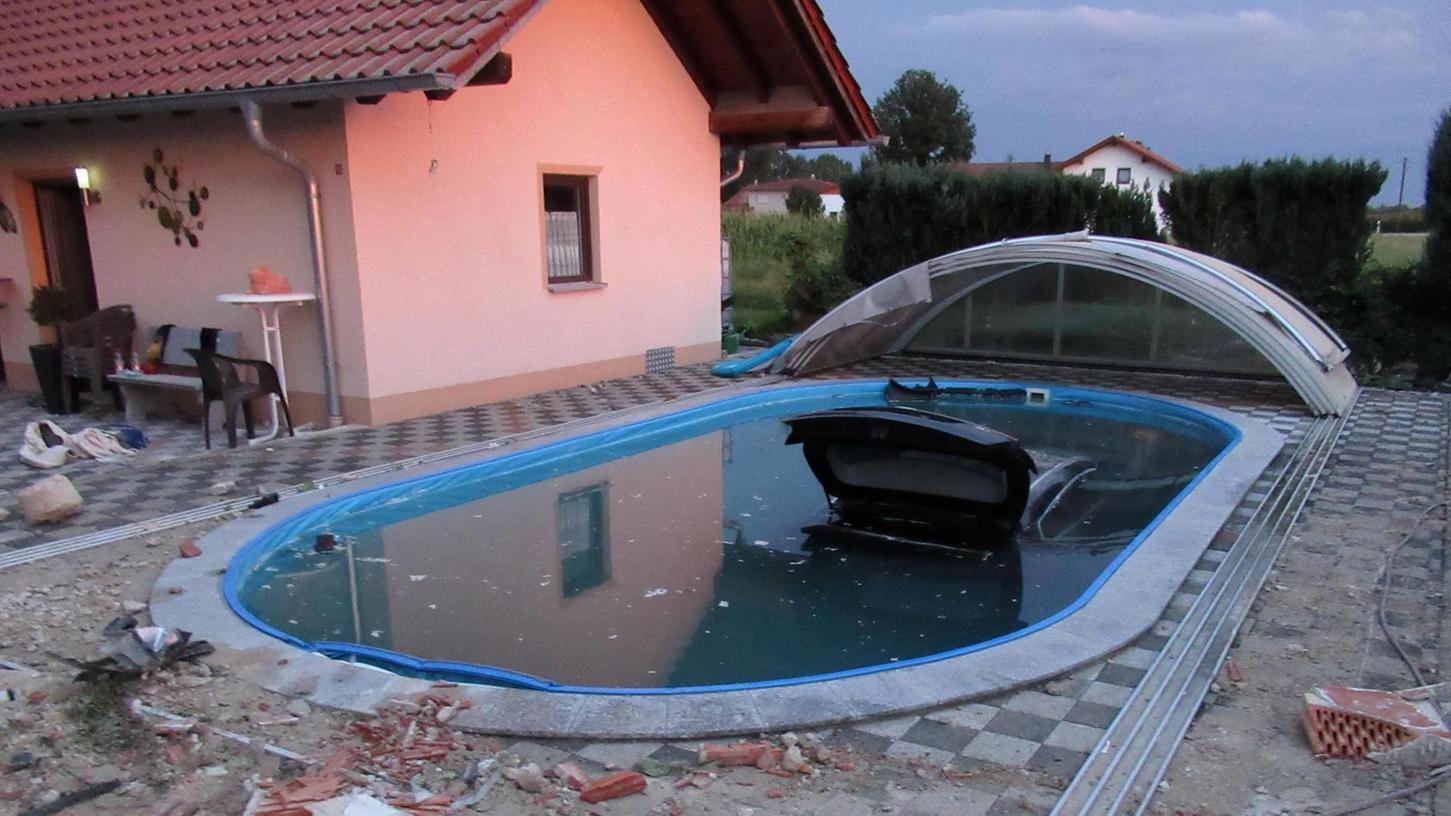 Das Auto der 18-Jährigen versank fast komplett im Swimming-Pool.