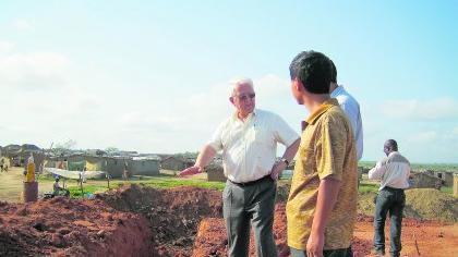 Helmut P. Gauff genießt das Vertrauen der angolanischen Regierung: In ihrem Auftrag kontrollieren er und sein Team, dass die Chinesen bei der Ausführung der milliardenschweren Infrastrukturprojekte gute Arbeit leisten.