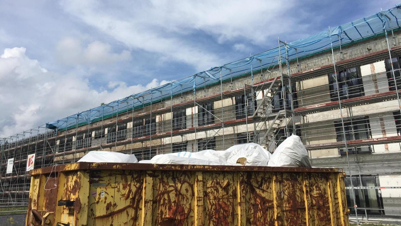 Es gibt einiges zu tun, ehe Pegnitz zum Hochschul-Standort werden kann: Die Fassade des vor rund zehn Jahren errichteten Anbaus – damals war die Akademie noch eine Justizschule – ist in keinem guten Zustand.