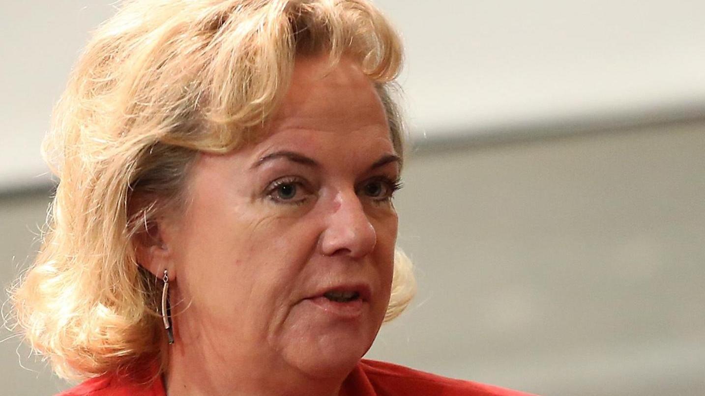 Im Streit: Während Alexandra Hiersemann (SPD) und ihre grüne Kollegin Margarete Bause (unten) Übergriffe der Polizei sehen, spricht Petra Guttenberger (CSU, ganz unten) von Behauptungen.
