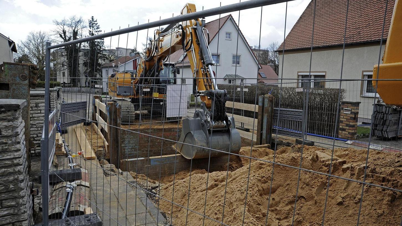 Wenn eine Straße saniert wird, müssen die Grundstückseigentümer einen Teil der Kosten bezahlen. Über die Höhe gibt es regelmäßig Streit, auch in der Eberhard-Faber-Straße gingen Anwohner auf die Barrikaden.