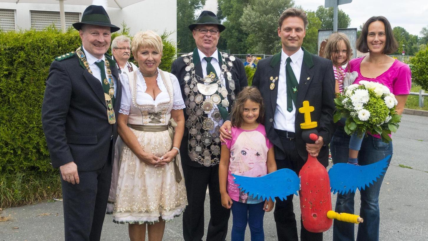 Gruppenbild mit Schützenmeister (v. li.) : Schützenmeister Armin Sieber, Monika und Hans Reif, Schützenkönig Georg Rieder mit Frau und Töchtern.