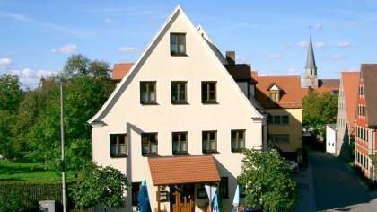 Der Gasthof mit Rieter-Kirche im Hintergrund.