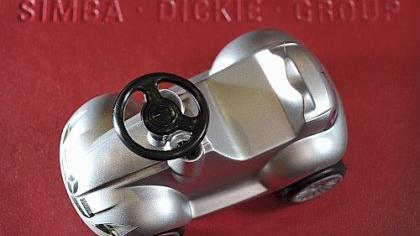 Eines der Flaggschiffe der Simba-Dickie-Gruppe: Das Bobby Car. Hier als Mercedes Silber-Edition im Miniformat. Künftig können die größeren BIG-Rutscherautos auch mit LED-Beleuchtung aufwarten.