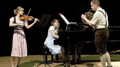 Anne Mertens (Violine), Christian Hensel und Julia Maertens spielen in Tracht auf.