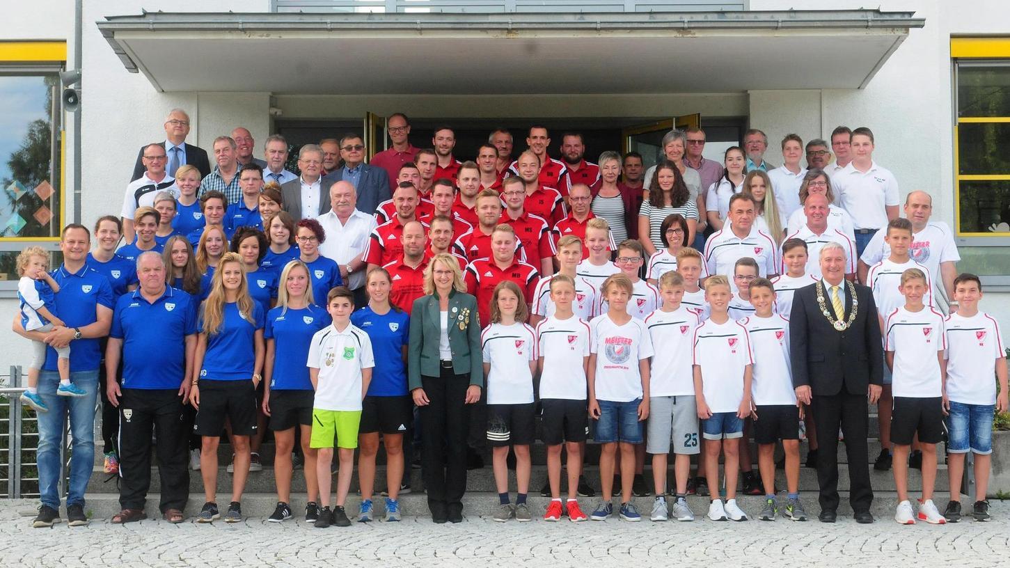 Weil die Stadt Pegnitz bei der Sportlerwahl jeden Nominierten auszeichnete, dürfen auch alle Geehrten aufs Bild.