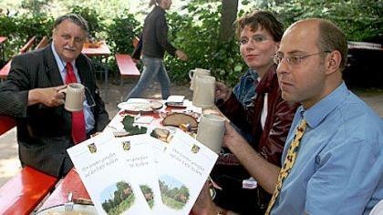 Landrat Eberhard Irlinger (links) stellte mit seinen Mitarbeitern Annika Fritzsche und Thomas Wächtler den neuen Bierkeller-Führer für den Landkreis vor.