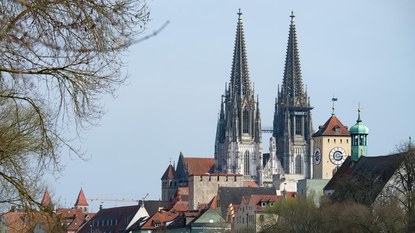 Der Regensburger Dom wurde am Dienstagmorgen für rund eine Stunde von der Polizei gesperrt. Der Grund war ein verdächtiger Mann in der Frühmesse.