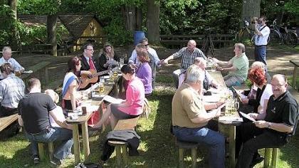Obwohl nach dem Krieg ein Kellersterben einsetzte, gibt es im Erlanger Umland noch viele Gelegenheiten, sein Bier unter schattigen Bäumen zu genießen. Das Landratsamt hat jetzt den Kellerführer neu aufgelegt.