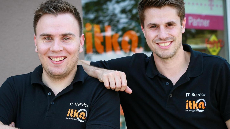Philipp Kahler (links) hat ein Programm zur Rettung nach Angriffen mit dem Wanna-Cry-Virus geschrieben. Jannik Herrmann ist auch begeistert.