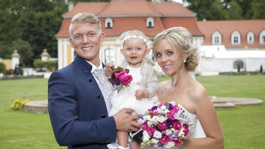 Bereits im vergangenen Jahr haben die Neumarkter Stefanie und Martin Schindler standesamtlich geheiratet. Nun folgte die Trauung auf Schloss Thurn, mit dabei war natürlich auch Töchterchen Emma. Die freie Trauung hielt Pfarrer Markus Fiedler, für Musik sorgte der