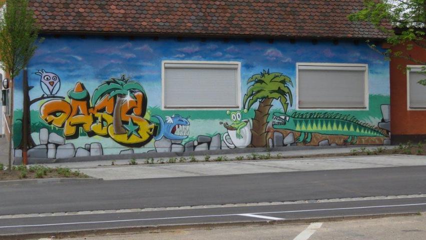 Und kreativ ist auch die Seitenansicht des Jugendhauses Oasis. Junge Graffiti-Künstler haben sich hier verewigt.
