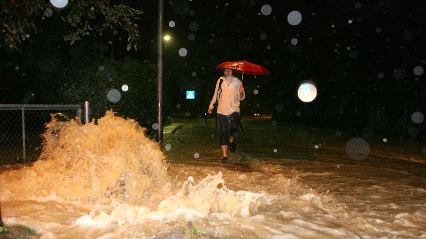 In der Nacht von Samstag, 21. Juli 2007, auf Sonntag, 22. Juli 2007, gingen Teile des Landkreises im Regen sprichwörtlich unter: Ein katastrophales Jahrhundert-Hochwasser sorgte in den Städten und Gemeinden für apokalyptische Szenen. Wie hier in Kersbach, wo das Wasser aus den Gullis schoss und die Straßen überflutete.