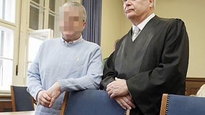 Es klang nach einem perfektem Verbrechen: Am 7. April 2007, Karsamstag, wurde ein Bestatter in einem Erlanger Sarglager totgeschlagen - mit einem Kantholz. Der Leichnam wurde unter falschen Namen in einem Krematorium nahe Passau verbrannt. Im Februar 2010 wurde im Landgericht Nürnberg-Fürth der Beweis erbracht, dass die Bluttat auf das Konto zweier Männer geht, die ebenfalls Bestatter waren. Mehr zu dem Fall lesen Sie hier.