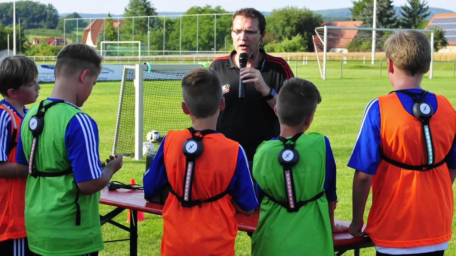 Professor Matthias Lochmann bei der Einweisung der Jugendlichen, die erstmals mit LED-Gürtel trainierten.