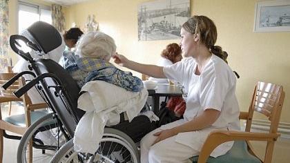 Menschlichkeit in der Pflege: Die Seniorenbeiräte sehen sich als ideale Kontrollinstanz.