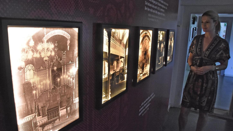 Kuratorin Verena Erbersdobler — sie ist auch stellvertretende Leiterin des Jüdischen Museums Franken — vor den wenigen fotografischen Dokumenten, die es von der 1938 zerstörten Hauptsynagoge gibt.