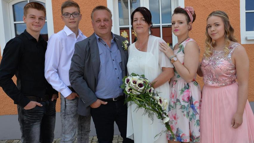 In Sengenthal haben Claudia Ulbrich und Roland Scholz geheiratet. Vor dem Standesbeamten Josef Meier gaben sich die 46-jährige Braut, sie arbeitet bei Blitzschutz Pröpster, und der 47-jährige Roland Scholz, er ist Außendienstmitarbeiter der Firma Lechner, das Ja-Wort. Vor sieben Jahren hat sich das Paar in der Diskothek