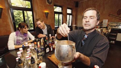 Oliver Kirschner, Inhaber des «Gelben Haus», mixt seinen Gästen coole Drinks - oft auch nach eigenen Rezepten.