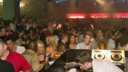 Ein Keller tanzt: Jede Menge Gäste kamen zur Eröffnung der Discothek «Paisley».
