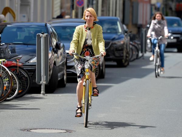 Erlangen: Unterwegs für Samson Nebenan mit Schneidermeisterin Susanne Spitz. Foto: Susanne Spitz auf ihrem Fahrrad in der Friedrichstraße. 13.07.2017. Foto: Harald Sippel