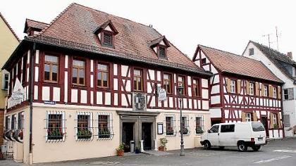 Ein bisschen neidisch ist Baiersdorfs Bürgermeister Andreas Galster auf seine Vorgänger zumindest in diesem Punkt sicher: Sie residierten einst in diesem - nun renovierten - Barockbau mit imposantem Fachwerk.