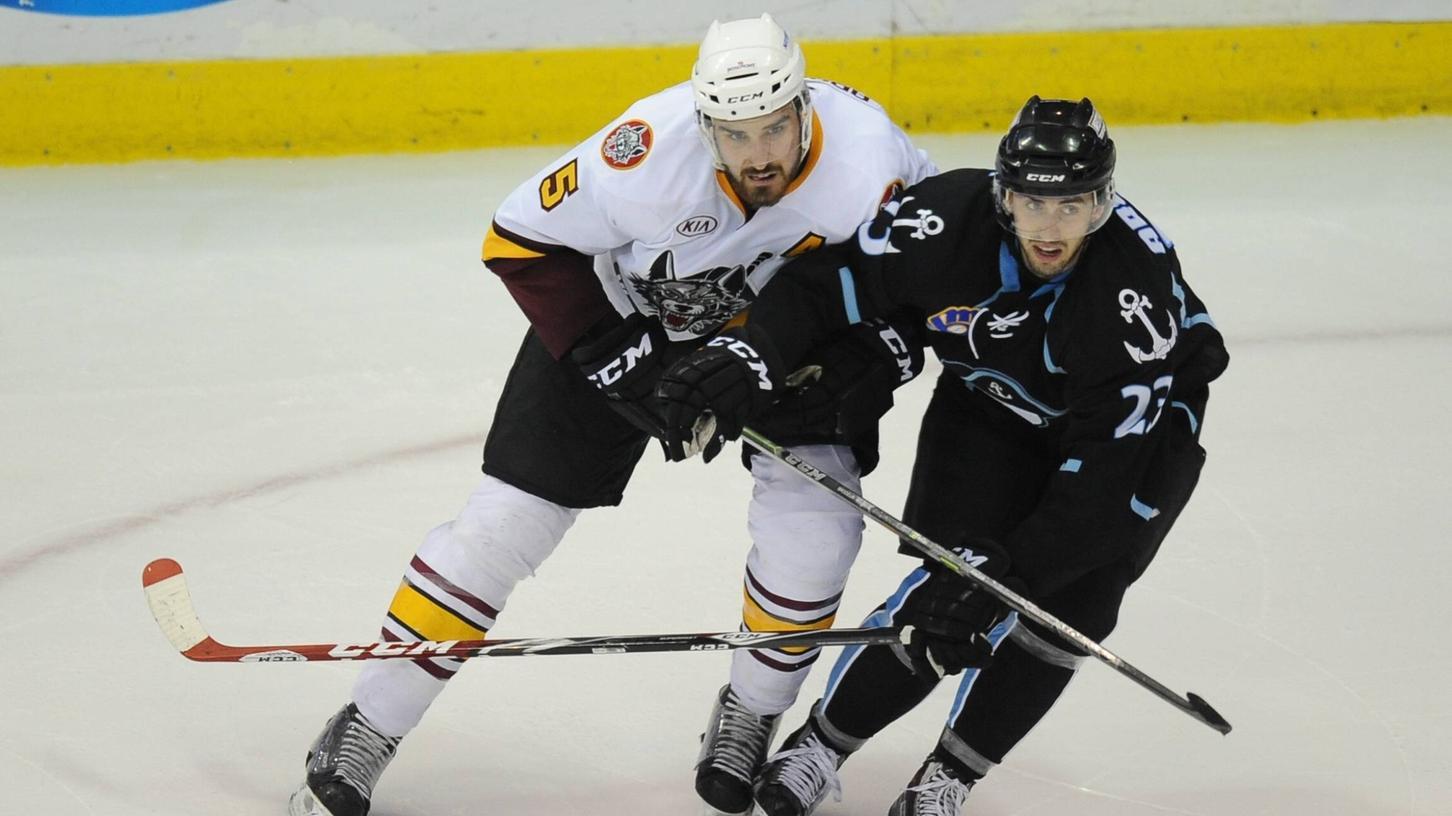 Für die Milwaukee Admirals spielte Taylor Aronson (re.) von 2011 bis 2016, jetzt wechselt der Offensivverteidiger zu den Ice Tigers.