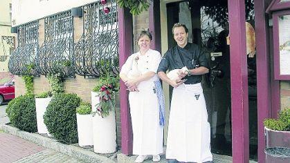 Nicht jede Gans ist essbar: Küchenchef Jörg Meisel mit Souschefin Regina Fischer.