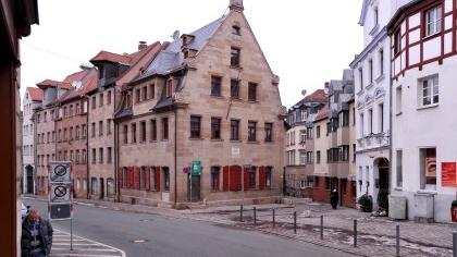 Beim Weg durch die Königstraße fällt die schmuck herausgeputzte Sandsteinfassade des historischen Gebäudes auf, in dem Wilhelm Löhe zur Welt kam.