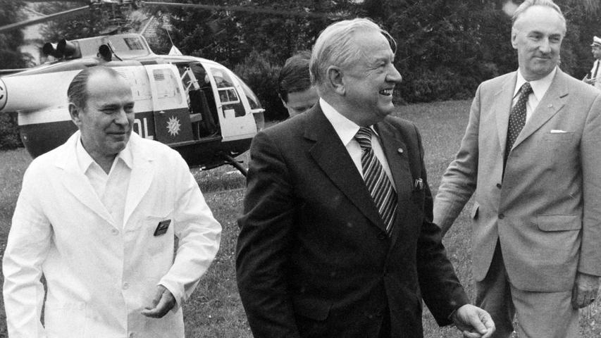 Den Ministerpräsidenten Alfons Goppel konnte Bürgermeister Konrad Löhr vor 40 Jahren anlässlich der Wagner-Festpiele in Pegnitz begrüßen. Der Landesvater, der im Pflaums Posthotel nächtigte, kam mit dem Hubschrauber und landete am Krankenhaus. Dem just zum gleichen Zeitpunkt geborenen Mathias Wirth aus Betzenstein ließ der hohe Gast zur Erinnerung eine Münze mit der Bavaria überreichen.  Unser Bild zeigt den Landesvater zusammen mit Bürgermeister Konrad Löhr und dem damaligen Chefarzt Dr. Martin Gemählich.