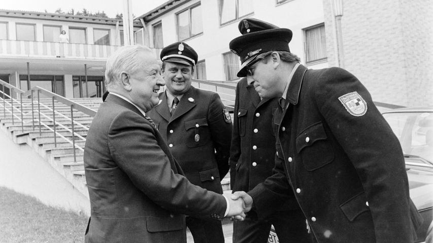 Den Ministerpräsidenten Alfons Goppel konnte Bürgermeister Konrad Löhr vor 40 Jahren anlässlich der Wagner-Festpiele in Pegnitz begrüßen. Der Landesvater, der im Pflaums Posthotel nächtigte, kam mit dem Hubschrauber und landete am Krankenhaus. Dem just zum gleichen Zeitpunkt geborenen Mathias Wirth aus Betzenstein ließ der hohe Gast zur Erinnerung eine Münze mit der Bavaria überreichen.  Unser Bild zeigt den Landesvater mit der damaligen Pegnitzer Feuerwehrführung.