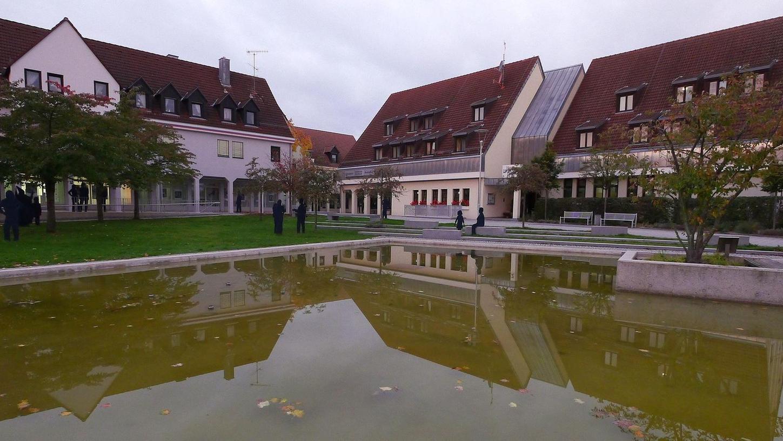Zeit für eine neue Renovierungsrunde: Das Gemeindezentrum – rechts das Hotel – und die dazugehörige Rednitzhalle sollen zwischen Juni und September 2018 umfangreich modernisiert werden. Um die Details soll sich ein Beirat kümmern, den der Gemeinderat jetzt eingesetzt hat.