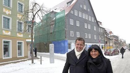 Die neuen Schindeln sind schon dran: Leonhard Karl saniert das Gebäude Gustavstraße 48. Nur wenige Meter weiter wurden und werden weitere Häuser herausgeputzt.