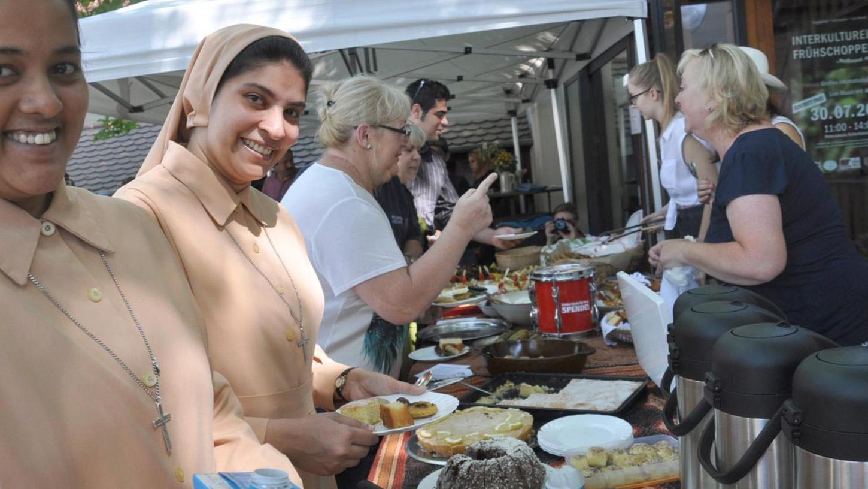 Ein voller Erfolg war das Integrationsfest auf dem Petersbeckgelände. Auch Bürgermeister Brehm kostete von den angebotenen Leckereien.