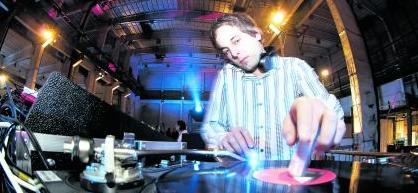 David Lodhi, Mitbetreiber des Club Stereo (im Bild legt er als DJ in Berlin auf).