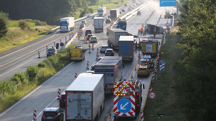 Ein folgenschwerer Verkehrsunfall hat sich am Montagmorgen (31.07.2017) auf der A9 ereignet. Der 51-Jährige Trucker war kurz vor der Ausfahrt Marktschorgast in Fahrtrichtung Berlin unterwegs, als er aus bisher ungeklärten Gründen die Kontrolle über seinen Tanklastzug verlor. Wie schwer der Fahrer bei dem Unfall verletzt wurde, ist bislang nicht bekannt. Der Brummi kam im Baustellenbereich nach rechts von der Fahrbahn ab, geriet ins Schleudern und die Zugmaschine krachte frontal in die links stehenden Betontrennelemente. Der Auflieger wurde bei dem Crash von der Zugmaschine getrennt und kam seitlich auf der Fahrbahn zum Liegen. Im Bereich der Unfallstelle gleicht die A9 einem Trümmerfeld. Dieses scheint auch die vorbeifahrenden Auto- und Lastwagenfahrer zu faszinieren. Unzählige von ihnen zückten ihr Handy, um die Szenerie, die sich ihnen bot, im Bild oder Video festzuhalten. Selbst der Fahrer eines Gefahrguttransporters nimmt lieber die Unfallstelle aus, als sein Gefährt zu lenken. Glücklicherweise kam es bislang noch zu keinem Folgeunfall. Aufgrund der Bergungsarbeiten bleibt die Ausfahrt Marktschorgast noch für einige Zeit gesperrt. Foto: NEWS5 / Fricke Weitere Informationen... https://www.news5.de/news/news/read/11628