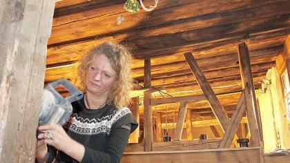 Wirtin Rosi Hofmann nimmt die Dinge selbst in die Hand – auch die Schleifmaschine. Drei Tage lang hat sie die Bänke im Barockhäusle mit tatkräftiger Unterstützung von Freunden und Gästen geschliffen.