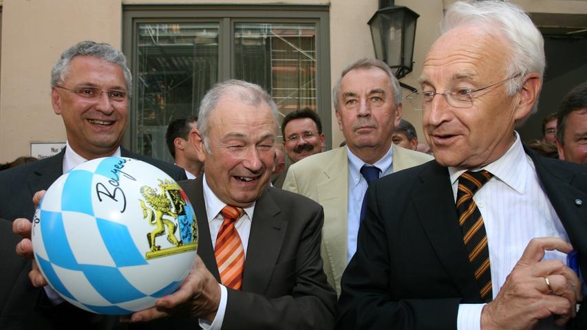 (V.l.)Fraktionschef Joachim Herrmann mit Innenminister Günther Beckstein und Bayerns Ministerpräsident Edmund Stoiber auf dem CSU-Parteitag im September 2007. Dabei wurde in München nicht nur ein Nachfolger für Stoiber als CSU-Vorsitzenden gewählt, auch Beckstein wird als Nachfolger für den Regierungschef gesetzt.