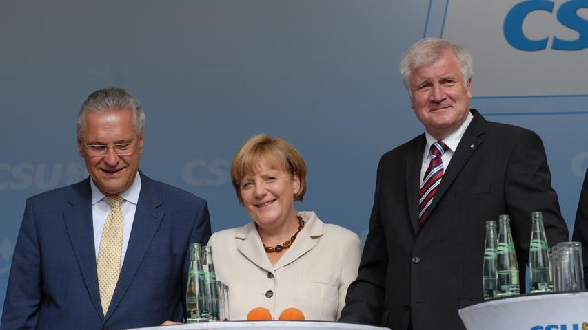 Kanzlerin Angela Merkel besucht Erlangen und wird von (v.l.) Joachim Herrmann und  Horst Seehofer empfangen.
