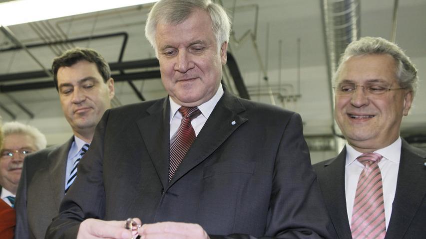 Der bayerische Ministerpräsident Horst Seehofer mit Umweltminister Markus Söder (l.) und Innenminister Joachim Herrmann (r.) (alle CSU) bei der Besichtigung des High-Tech-Zentrums