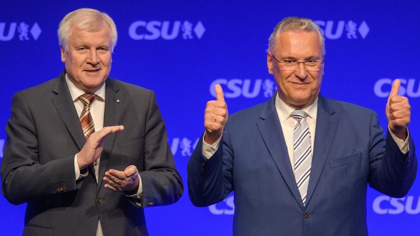 Bayerns Innenminister Joachhim Herrmann lässt sich nach seiner Rede zur Spitzenkandidatur auf dem Listenparteitag in Germering im Mai 2017 feiern. Neben ihm steht sein Parteifreund und langjähriger Mentor Horst Seehofer.