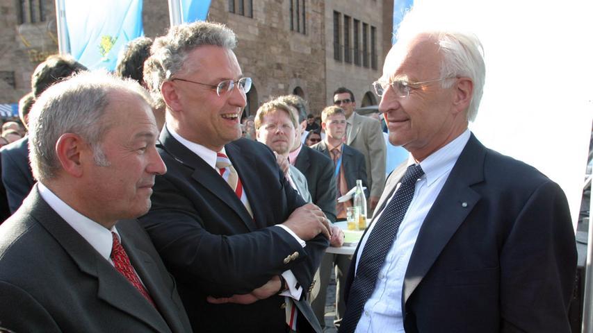 Drei Schwergewichte der bayerischen CSU: (v.l.) Innenminister Günther Beckstein, Joachim Herrmann, Vorsitzender der CSU im Landtag, und Ministerpräsident Edmund Stoiber bei einer Wahlkampfveranstaltung vor der Nürnberger Lorenzkirche.