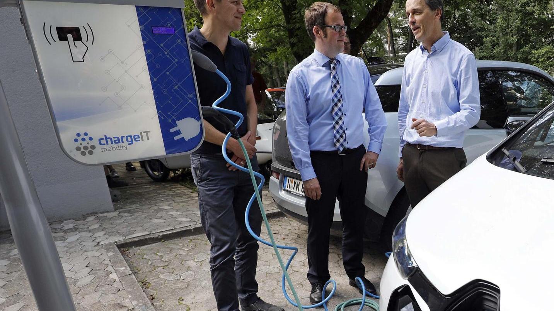 Einweihung der Ladesäule für Elektrofahrzeuge mit Sebastian Bachmann, OB Florian Janik und Prof. Martin Hundhausen (v. l.).