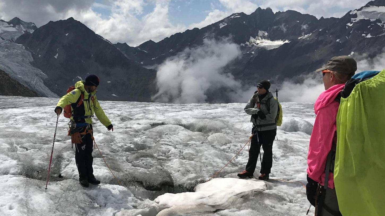 In so eine Gletscherspalte fiel Yvonne hinein. Zum Glück war sie angeseilt.