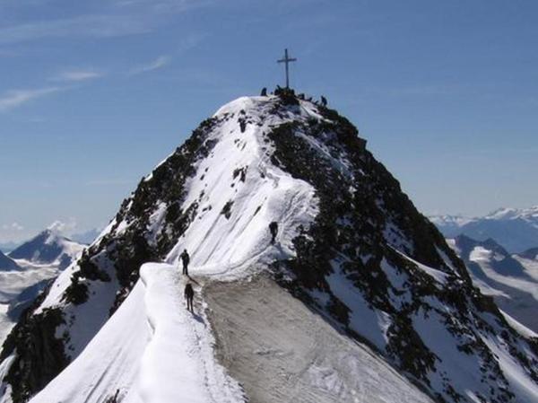 Nur noch ein Stück, dann ist der imposante Gipfel der Wildspitze erreicht.