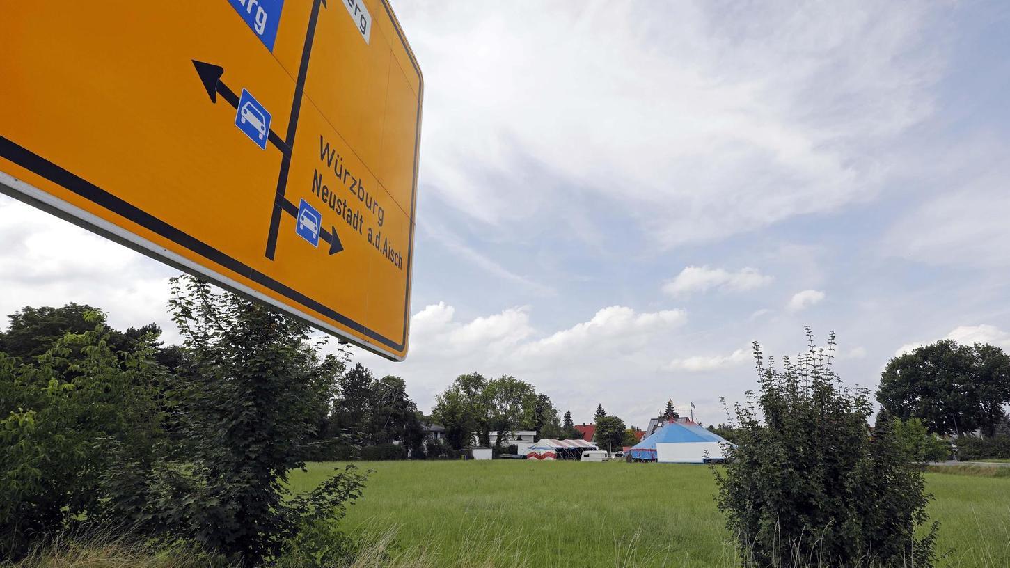 """""""Mehr als einmal entdichtet"""": Auf dieser Wiese zwischen Roggenweg, Mohnweg (rechts) und Breslauer Straße (Standort des FN-Fotografen) sollen Einzel-, Doppel- und Reihenhäuser entstehen."""