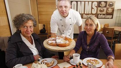 Im Café «Samms» von Josef Sammüller (Mitte) können Eva Teubert (rechts) und Ursula Pantze (links) ihre Werke ausstellen.