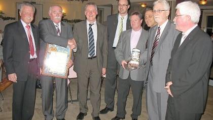 Mit Oberbürgermeister Thomas Jung (3. v. li.) sowie Gästen von der Brauerei Tucher stellten sich Gartenbauvereinschef Günter Delatron (2. v. li.) und die anderen Vorstandsmitglieder zum Gruppenbild auf.
